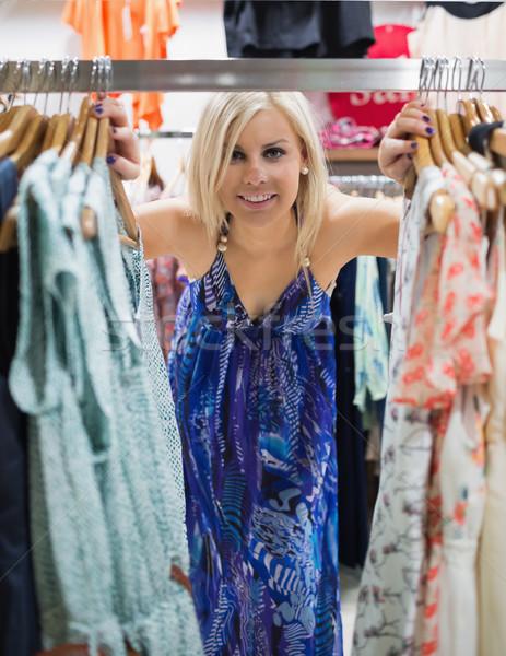Zdjęcia stock: Kobieta · stałego · ubrania · stoją · oglądania · uśmiechnięta · kobieta