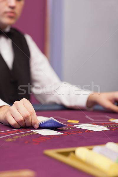 Revendeur cartes casino séance table Homme Photo stock © wavebreak_media