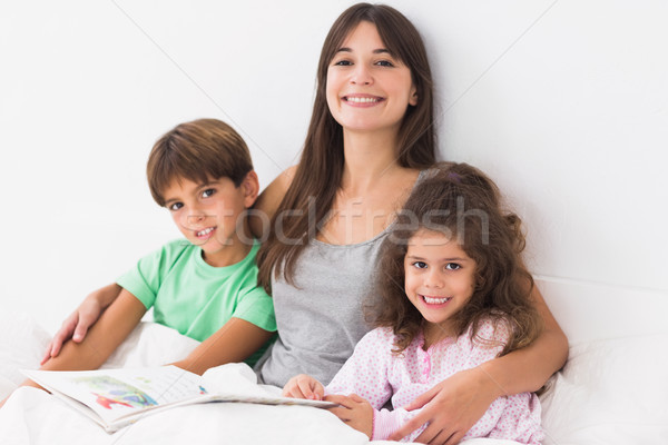 Moeder zoon dochter lezing boek samen Stockfoto © wavebreak_media