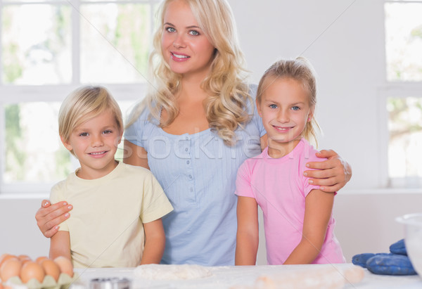 Szőke nő család mosolyog kamera sütés szerszámok Stock fotó © wavebreak_media