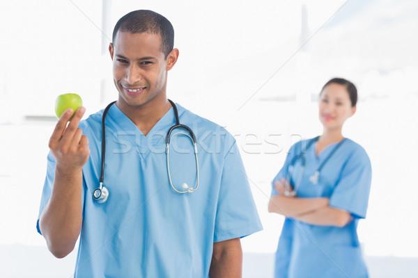 Masculino cirurgião maçã colega atrás Foto stock © wavebreak_media