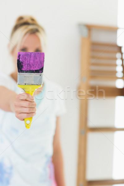 Turva mulher fora paint brush Foto stock © wavebreak_media