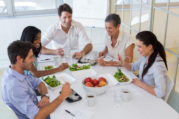 Trabajadores comer ensalada de fruta junto almuerzo oficina Foto stock © wavebreak_media