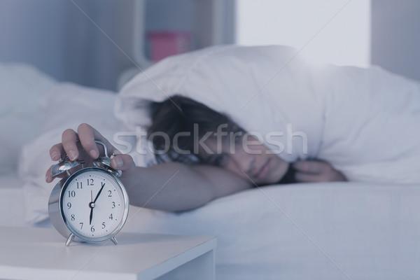 美しい ブルネット 目覚まし時計 ホーム ベッド 家 ストックフォト © wavebreak_media