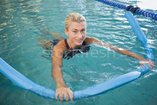 Encajar femenino natación espuma piscina retrato Foto stock © wavebreak_media
