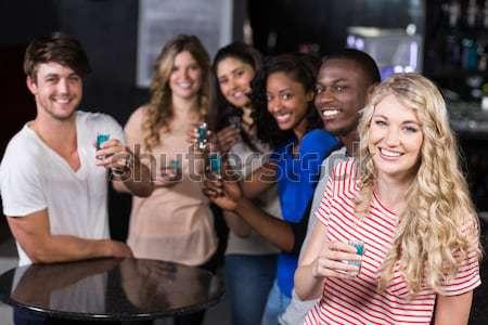 Atrakcyjny znajomych serwowane koktajle bar szczęśliwy Zdjęcia stock © wavebreak_media