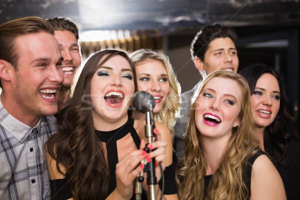 Feliz amigos cantando karaoke junto bar Foto stock © wavebreak_media