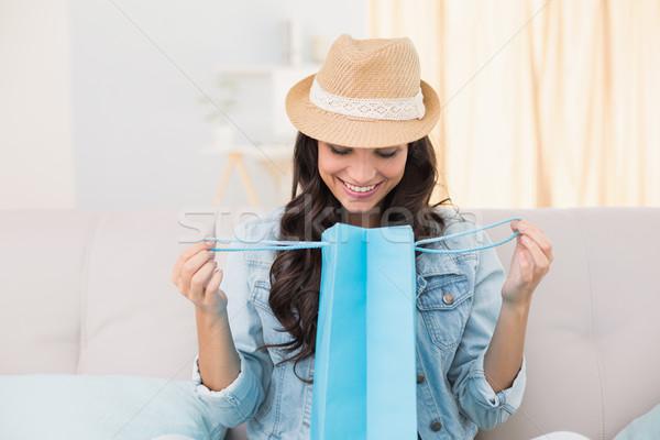 Mooie brunette naar boodschappentas home woonkamer Stockfoto © wavebreak_media