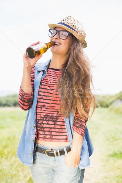 довольно брюнетка парка питьевой пива Сток-фото © wavebreak_media