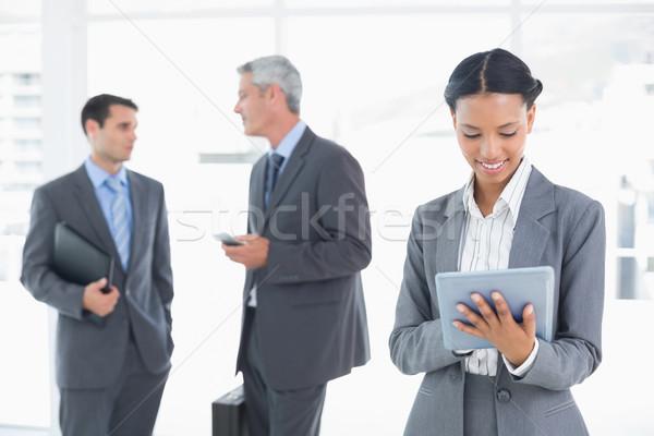деловая женщина таблетка коллеги за служба женщину Сток-фото © wavebreak_media