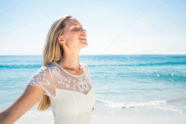 счастливым женщина улыбается пляж женщину белый свободный Сток-фото © wavebreak_media