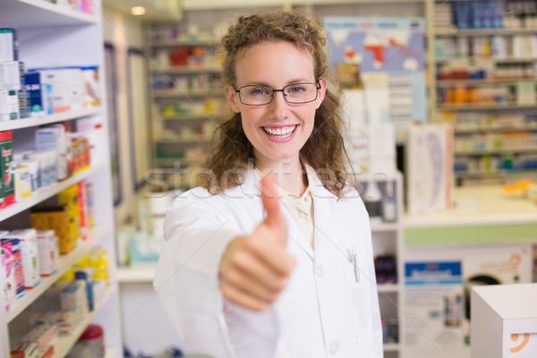 Farmaceuta kciuk w górę apteki medycznych Zdjęcia stock © wavebreak_media