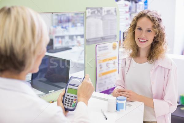 Farmaceuta karty maszyny apteki szczęśliwy medycznych Zdjęcia stock © wavebreak_media