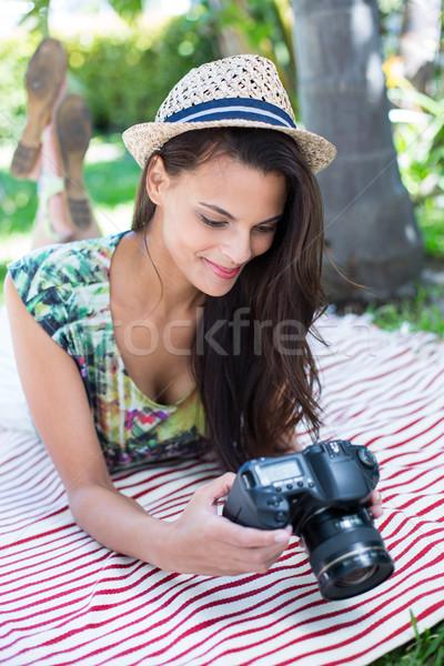 Uśmiechnięty piękna brunetka koc zdjęcia Zdjęcia stock © wavebreak_media