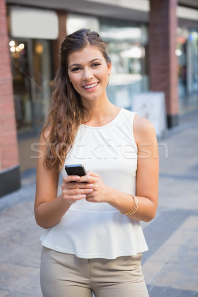 портрет улыбающаяся женщина смартфон торговых женщины Сток-фото © wavebreak_media