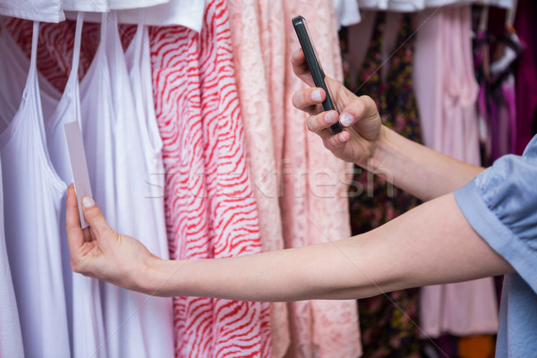 Mujer toma foto precio etiqueta moda Foto stock © wavebreak_media