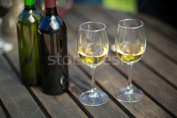Białe wino okulary butelek tabeli drewniany stół Zdjęcia stock © wavebreak_media