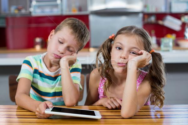 Aburrido hermanos digital tableta cocina casa Foto stock © wavebreak_media