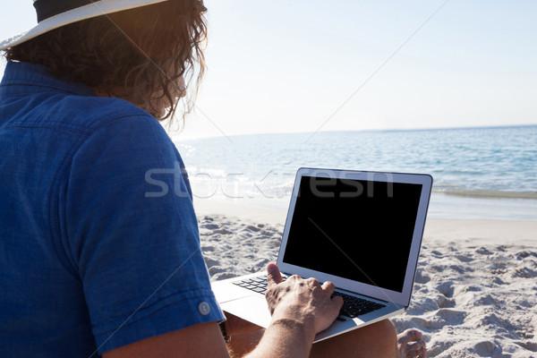 Foto stock: Hombre · usando · la · computadora · portátil · playa · ordenador · cielo