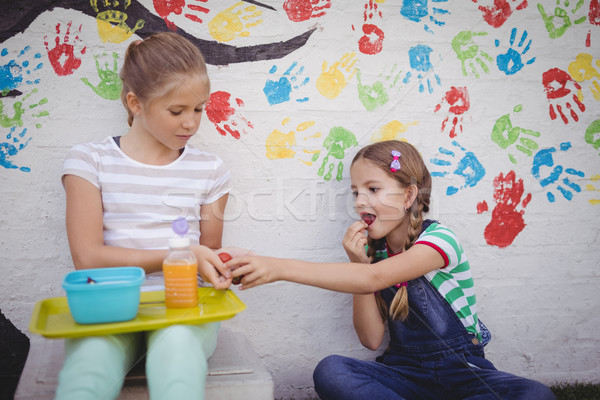 Iskolás lányok osztás étel iskola lány étel Stock fotó © wavebreak_media