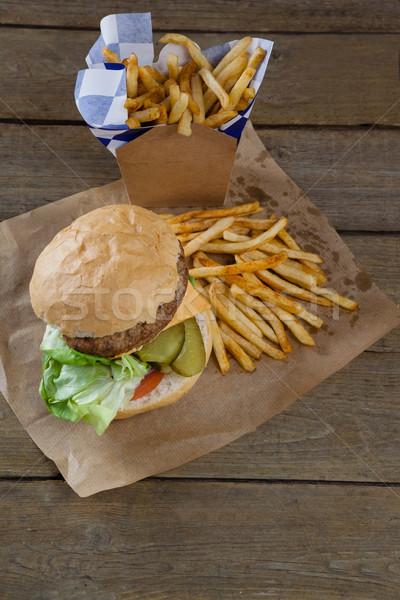 Hamburger patatine fritte modo bag tavolo in legno Foto d'archivio © wavebreak_media