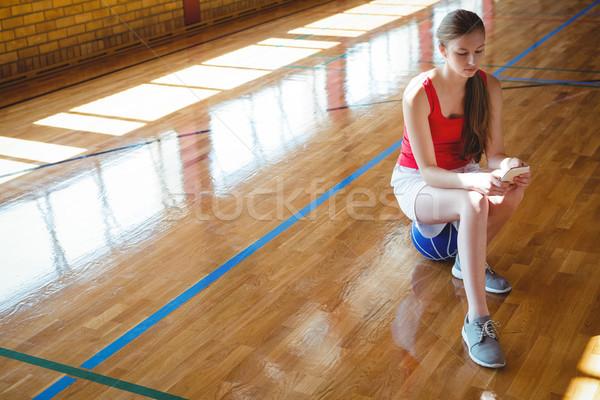 мобильного телефона баскетбольная площадка мнение девушки Сток-фото © wavebreak_media