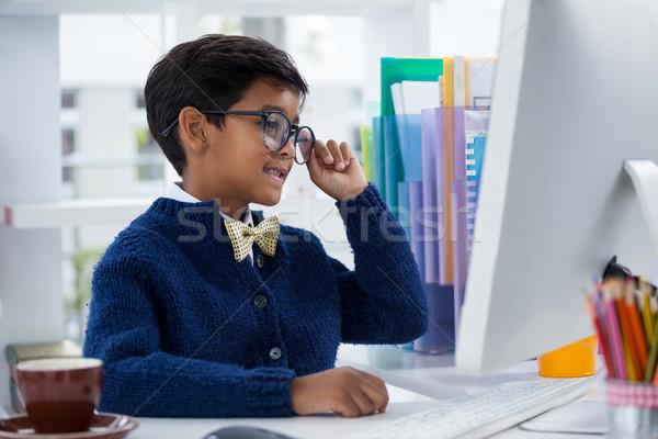 улыбаясь бизнесмен рабочих служба сидят столе Сток-фото © wavebreak_media