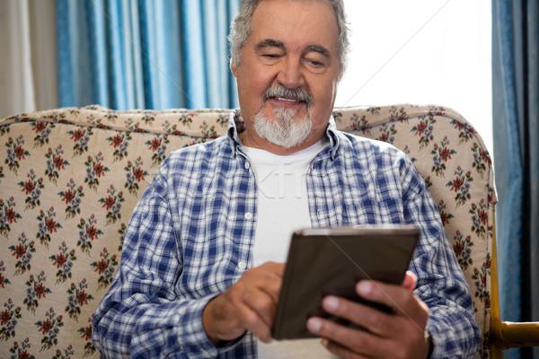 Sonriendo altos hombre digital tableta asilo de ancianos Foto stock © wavebreak_media