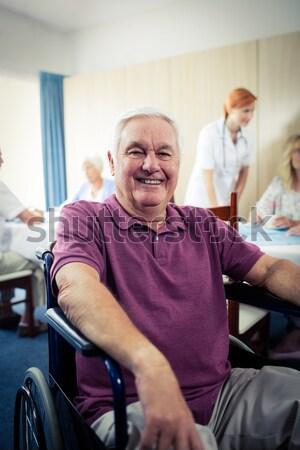 Férfi segít beteg előad testmozgás súlyzó Stock fotó © wavebreak_media