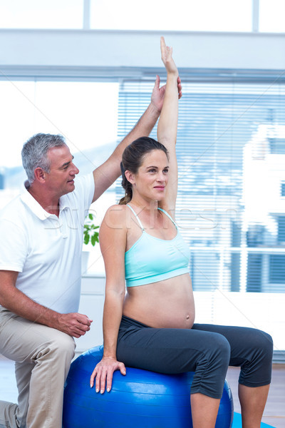 Istruttore donna incinta seduta palla fitness uomo Foto d'archivio © wavebreak_media