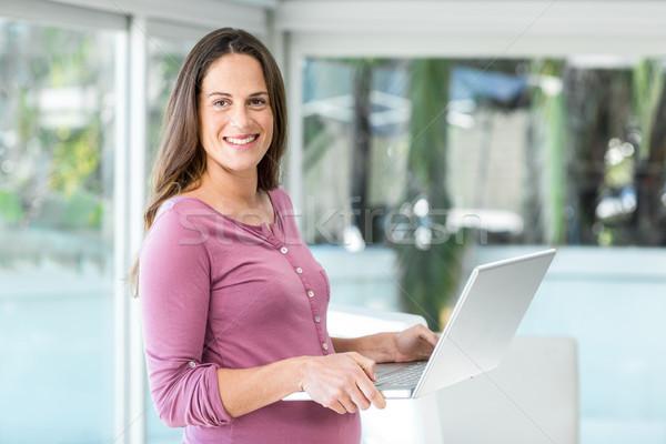 Portré üzletasszony laptop áll otthoni iroda számítógép Stock fotó © wavebreak_media