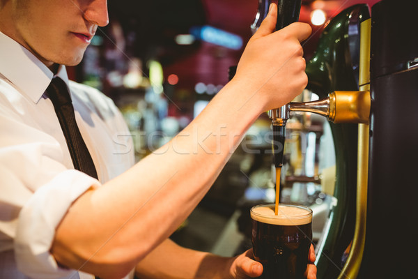 Barman bier glas beneden tik Stockfoto © wavebreak_media