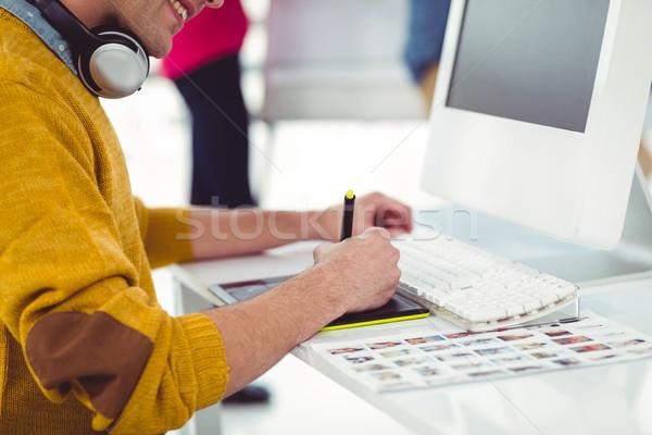 Grafikus designer visel fejhallgató asztal lezser Stock fotó © wavebreak_media