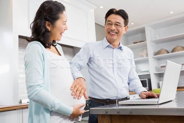счастливым выжидательный пару используя ноутбук кухне человека Сток-фото © wavebreak_media