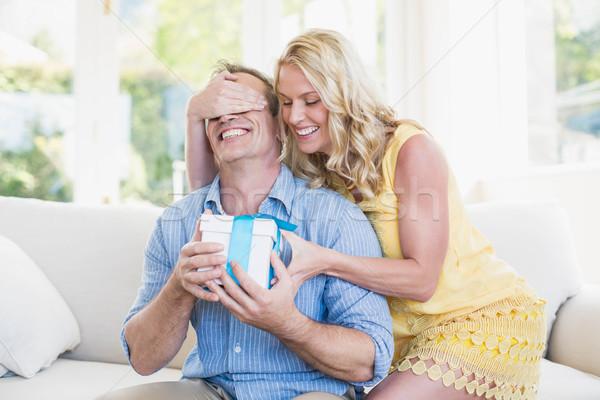 Boldog feleség ajándék férj nappali nő Stock fotó © wavebreak_media