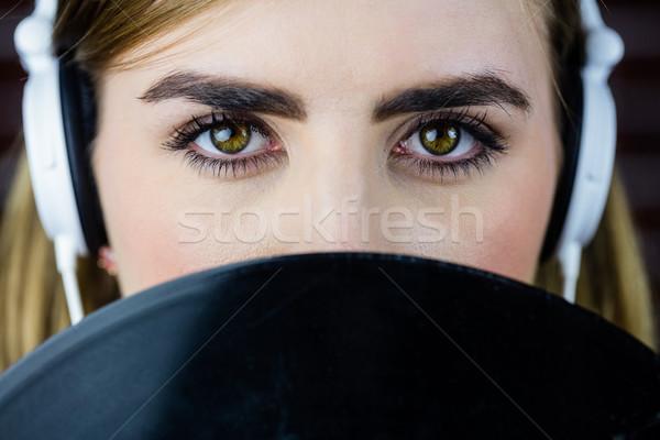 Bastante mulher loira ouvir música parede de tijolos parede moda Foto stock © wavebreak_media