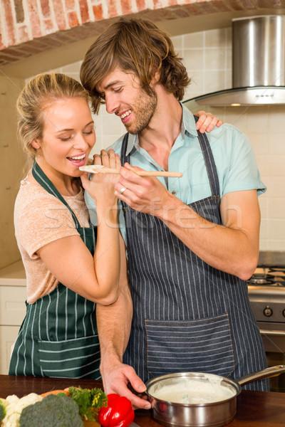 Jóképű férfi készít barátnő ízlés előkészítés konyha Stock fotó © wavebreak_media