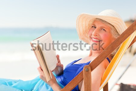 Mooie rijpe vrouw lezing boek dek stoel Stockfoto © wavebreak_media