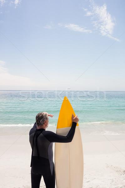 Supérieurs homme planche de surf yeux plage Photo stock © wavebreak_media