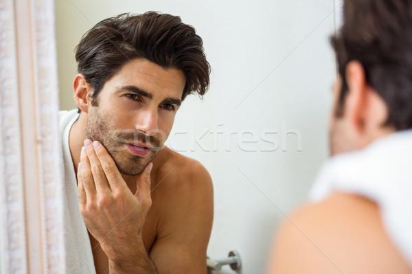 Hombre rastrojo bano joven mirando espejo Foto stock © wavebreak_media