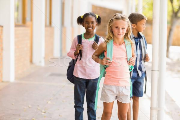 School kinderen permanente gang glimlachend meisje Stockfoto © wavebreak_media