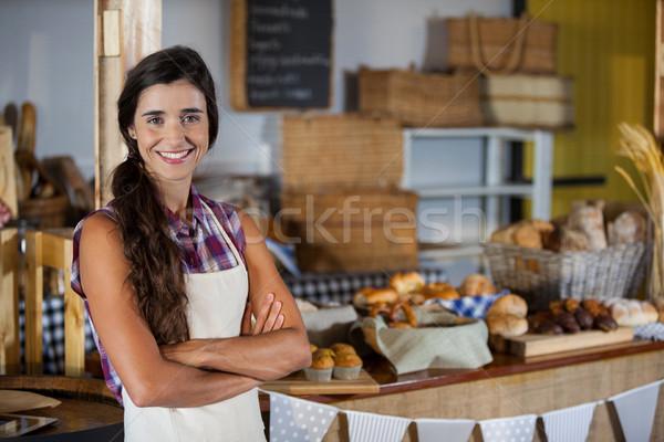 Retrato sonriendo femenino personal pie los brazos cruzados Foto stock © wavebreak_media