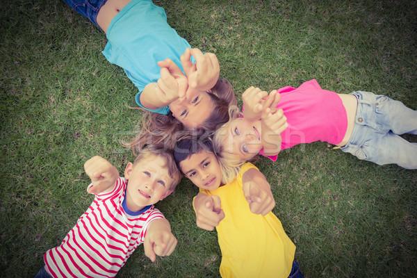 Osztálytársak fű mutat kamerába lány gyermek Stock fotó © wavebreak_media
