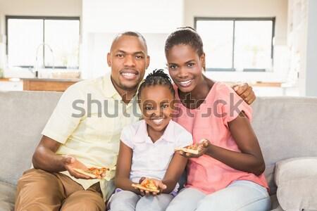Foto stock: Sorridente · família · alimentação · pipoca · assistindo · tv
