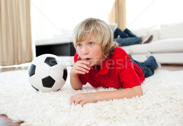 Jongen kijken voetbal wedstrijd vloer woonkamer Stockfoto © wavebreak_media