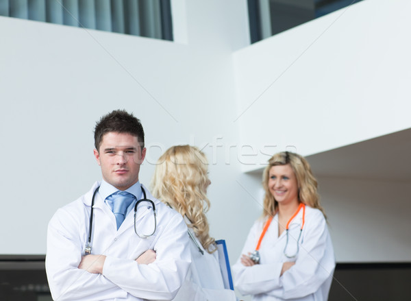 Trois médecins hôpital regarder caméra femme Photo stock © wavebreak_media