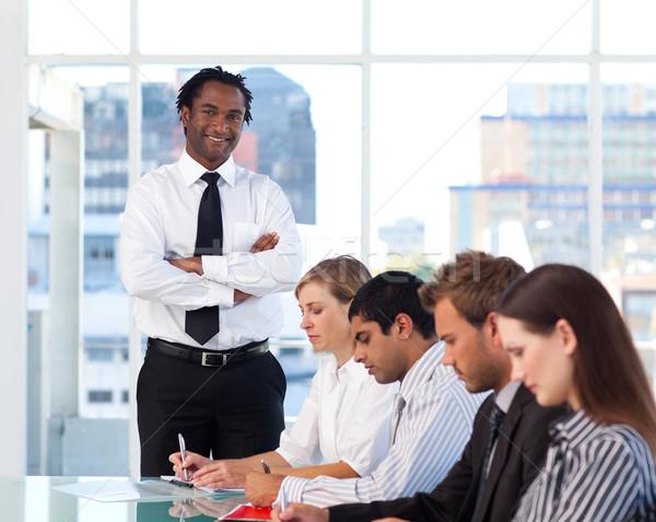 Menedzser összehajtva karok dolgozik csapat iroda Stock fotó © wavebreak_media