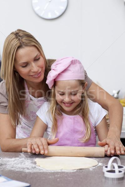 Anya lánygyermek sütés kekszek konyha mosolyog Stock fotó © wavebreak_media