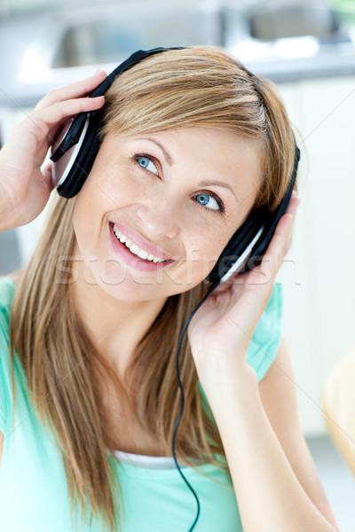 Kaukasisch vrouw luisteren naar muziek hoofdtelefoon keuken Stockfoto © wavebreak_media