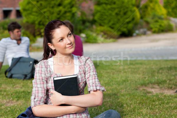Figyelmes női diák olvas könyv ül Stock fotó © wavebreak_media